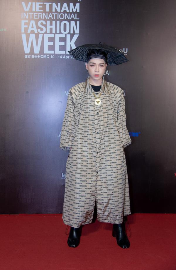 Xuất hiện trong đêm cuối của Tuần lễ Thời trang Quốc tế Việt Nam 2019, ca sĩ Đức Phúc khiến nhiều khách mời choáng vì phong cách độc nhất vô nhị trên thảm đỏ.