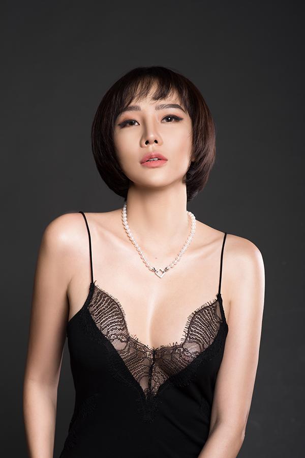 Trong loạt ảnh mới thực hiện, Dương Yến Ngọc khoe nhan sắc gợi cảm ở tuổi 40 với trang phục do nhà thiết kế Angela Ngo thực hiện. Cựu người mẫu sinh năm 1979 không ngại diện mốt không nội y, phô diễn vòng một đầy đặn.