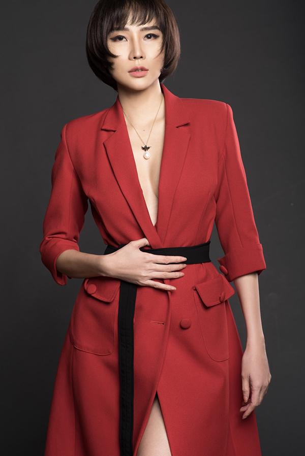 Mốt không nội y được Dương Yến Ngọc áp dụng khi mặc áo vest xẻ cổ sâu gần tới rốn. Dây chuyền ngọc trai giúp cựu người mẫu thu hút ánh nhìn vào vòng một lấp ló.