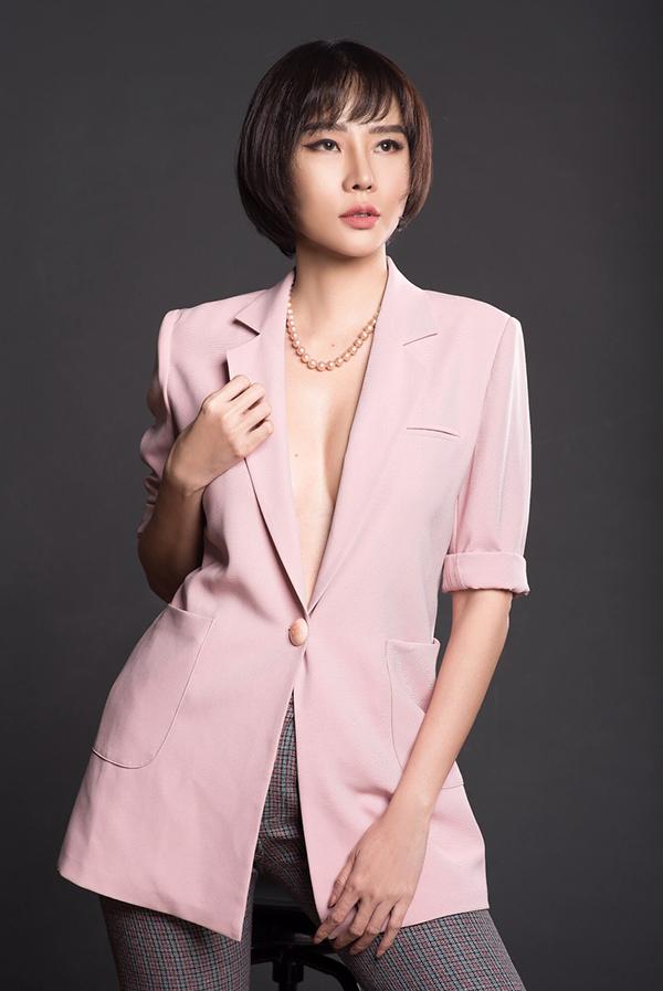 Người đẹp trang điểm tông hồng đồng điệu với áo vest và quần kẻ nhỏ. Lối kẻ mắt sắc cùng mái tóc ngắn giúp tên vẻ cá tính của Dương Yến Ngọc khi diện thiết kế màu dịu dàng.