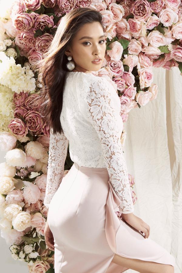 Tiểu Vy biến hóa đầy bất ngờ không còn đóng khung trong hình ảnh ngoan hiền, đáng yêu quen thuộc.Hoa hậu gây ấn tượng với nét quyến rũ cùng làn da ngâm khỏe khoắn.