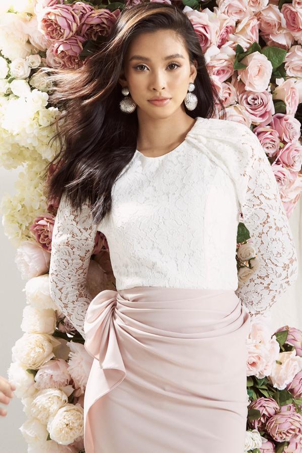 Bên cạnh những shoots hình teaser thì nàng hoa hậu còn khoác lên mình loạt đầm thanh lịch, nữ tính sẽ được trình diễn trong show sắp tới.