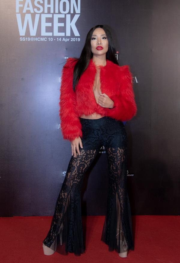 Kiko Chan không ngại diện áo lông giữa tiết trời oi nồng của Sài Gòn. Tình cũ Kim Lý còn thể hiện sự táo bạo với mốt không nội y và quần ren xuyên thấu.
