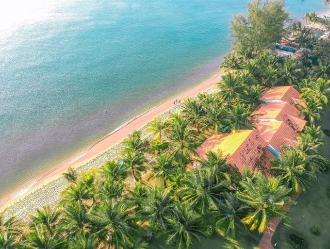 Những khu nghỉ dưỡng xanh mát, có bãi biển và hồ bơi luôn là lựa chọn thú vị cho kỳ nghỉ gia đình. Cách trung tâm và sân bay Phú Quốc chỉ hơn 4km, thuận lợi cho việc đi lại, khu nghỉ dưỡng Famiana là một địa chỉ không thể bỏ qua cho những gia đình yêu thích vẻ đẹp thiên nhiên. Với diện tích rộng hơn 4 hecta, có bãi biển riêng trải dài trên 200m dọc bờ biển Bãi Trường, Famiana Resort & Spa ghi điểm nhờ làn nước xanh biếc của đảo ngọc Phú Quốc, mang lại cho du khách trải nghiệm dịu mát trong không gian bình yên của khu vườn nhiệt đới bên bờ biển.