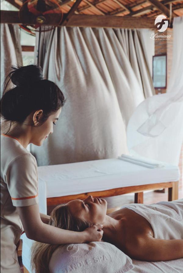 Sau ngày dài khám phá đảo, du khách có dịp thư giãn cùng những liệu pháp massage chân và toàn thân tại Sandle Spa.
