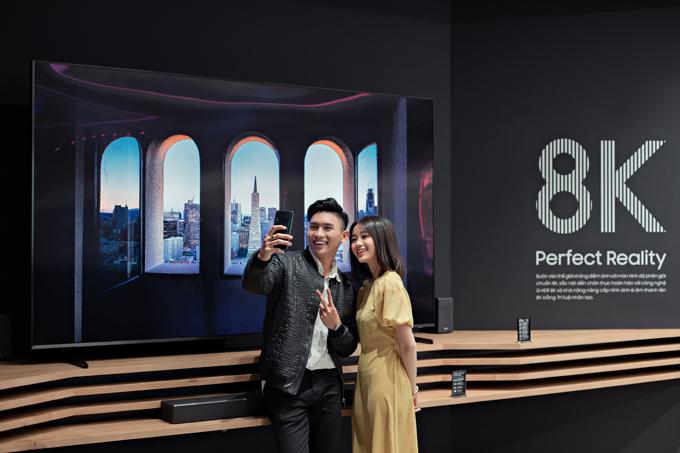 Ngoài ra, bạn còn có thể rủ nàng chơi trò Teleport, một ngày đi vài  chục nước bằng việc selfie với màn hình siêu dẹp của TV QLED 8K tại  Samsung Showcase. Chỉ cần một chút canh chỉnh, bạn sẽ khiến bạn bè phải  ghen tị khi thấy bạn check-in ở những địa điểm sang chanh trên thê  giới mà không hề biết là bạn vẫn đang ở Samsung Showcase mà thôi.