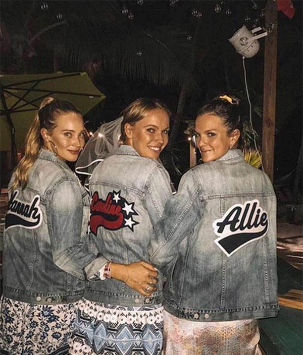 Dàn người đẹp mặc đồ bơi giống nhau, thậm chí sắm cả áo khoác jean tương tự in tên từng người. Bức ảnh được chân dàiAllie Rizzo chia sẻ trên trang cá nhân.