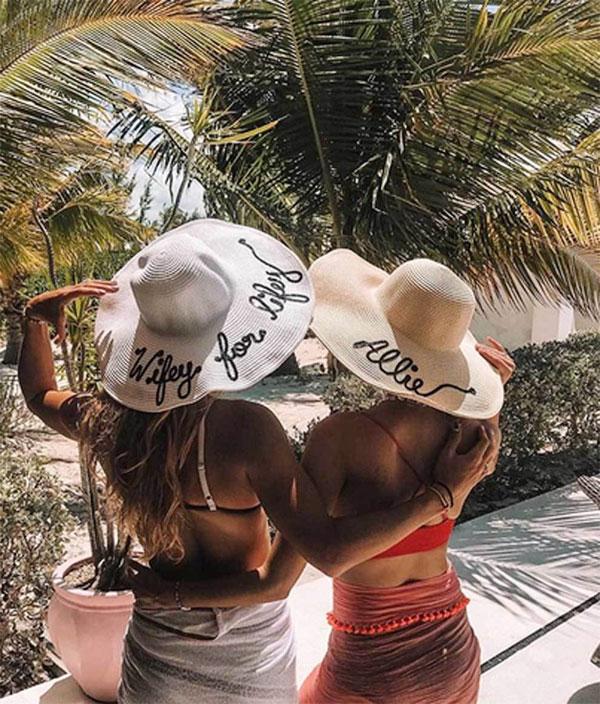 Allie Rizzo và cô dâu tương lai Caroline Wozniacki chụp ảnh khoe mũ đồng phục.