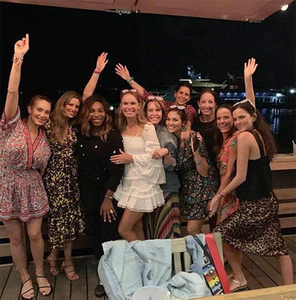 Tay vợt nữ 28 tuổi bên các cô bạn gái trong kỳ nghỉ chia tay đời độc thân.