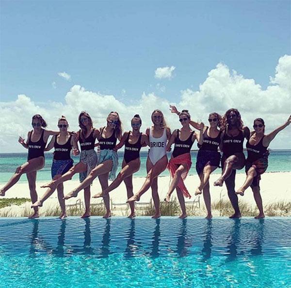Trên trang cá nhân hôm cuối tuần, Caroline Wozniacki chia sẻ loạt ảnh và video về kỳ nghỉ bên các cô bạn thân trước khi kết hôn. Tay vợt nữ người Đan Mạch mặc đồ bơi màu trắng in chữ cô dâu còn 9 cô bạn mặc đồ bơi đen in dòng chữ đội của Carol.