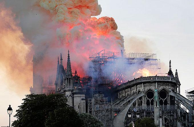 Lửa bao trùm Nhà thờ Đức Bà Paris chiều tối 15/4. Ảnh: AFP.