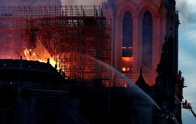 Cảnh sát và nhà chức trách hiện điều tra vụ hỏa hoạn. Nguyên nhân gây cháy được cho là do sự cố trong quá trình trùng tu nhà thờ.