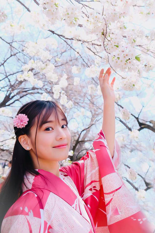 Hoàng Yến Chibi có chuyến du lịch Nhật Bản đầu tháng 4 để ngắm những chùm hoa anh đào vào mùa nở rộ. Đây không phải là lần đầu tiên nữ diễn viên Tháng năm rực rỡ đến với xứ sở mặt trời mọc nhưng lần nào cảnh sắc nơi đây cũng làm cô nàng say đắm. Hoàng Yến Chibi diện yukata màu hồng rực rỡ, đi dạo trong những khu vườn hoa anh đào rực rỡ ở Tokyo.
