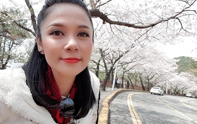 Diễn viên Việt Trinh lựa chọn thành phố Busan (Hàn Quốc) làm điểm đến cho chuyến du lịch mùa xuân. Người đẹp Tây Đôtrải nghiệm hết tất cả các phương tiện giao thông công cộng từ xe bus đến tàu điện ngầm, chẳng kém bất kỳ dân du lịch chuyên nghiệp nào. Thời tiết mùa xuân ở Hàn Quốc khá dễ chịu, tạo điều kiện thuận lợicho chuyến tham quan những ngôi chùa nổi tiếng ở Busan của Việt Trinh. Không chỉ ngắm hoa, nữ diễn viên còn tìm hiểu cuộc sống nhộn nhịp về đêm ở các khu chợ đêm nổi tiếng.