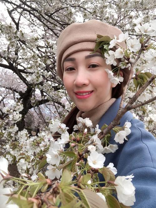Từng có một thời gian dài sống tại Nhật, Lều Phương Anh lần này quay lại Nhật Bản cùng đại gia đình. Theo sự chỉ dẫn có nghề của nữ ca sĩ, cả nhà đã tới được nhiều địa danh nổi tiếng như thành phố Nara, Osaka, Kyoto, công viên Disneyland ở Tokyo. Về chỗ ngắm hoa, Lều Phương Anh cũng tư vấn nên đi vườnShinjuku Gyoen National Garden. Đi tokyo ngắm hoa anh đào thì Phương Anhkhuyên mọi người nên đi Shinjuku Gyoen! Chỗ này đẹp nhất Tokyo theo quan điểm của mình.  Shinjuku Gyoen ban đầu là nơi cư trú của gia đình Naitou trong thời Edo. Sau đó, nó trở thành một khu vườn dưới sự quản lý của Hoàng gia Nhật Bản rồi Bộ môi trường.  Ở đây có tầm 10.000 cây cổ thụ, gốc sakura to bằng cả nhàôm chưa hết, Lều Phương Anh bật mí.