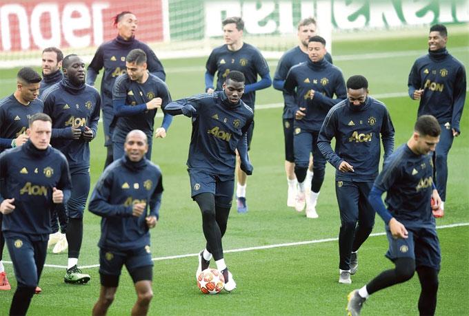 Các học trò HLV Solsjkaer chạy khởi động trên sân Nou Camp