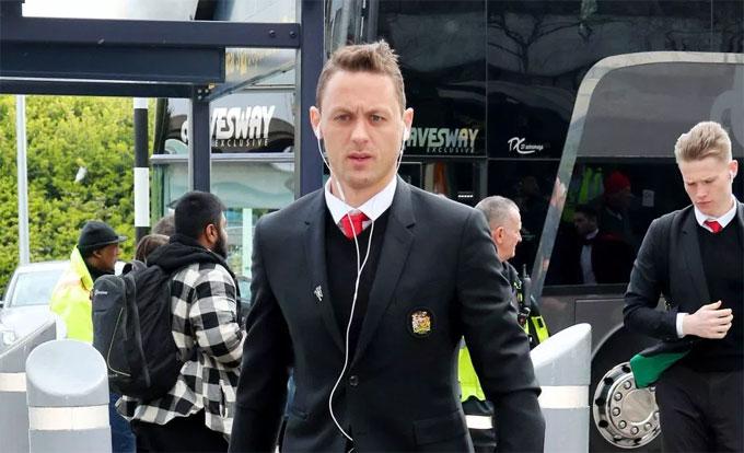 Matic trông khá lo lắng khi xuống xe bus của đội