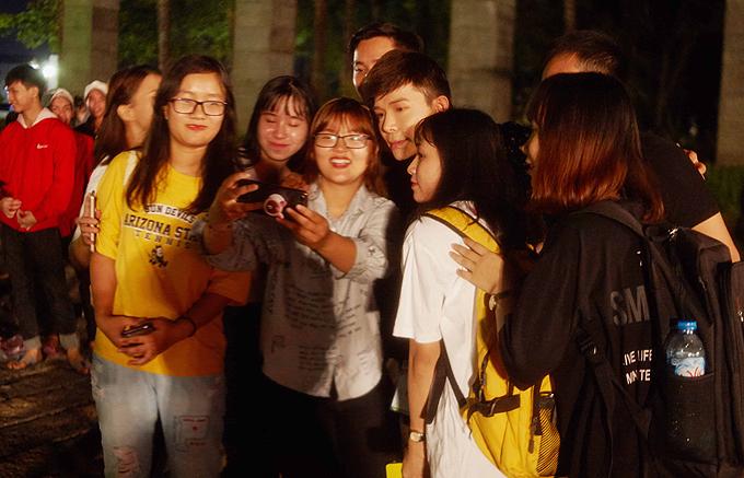 Sau đêm diễn nam ca sĩ được một nhóm khán giả trẻ vây quanh xin chụp ảnh kỷ niệm và rủ đi ăn trái cây vỉa hè.