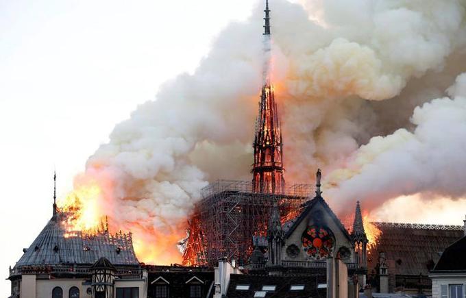 Lửa bốc lên từ tháp chuông. Ảnh: AFP.