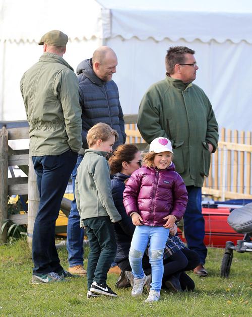 Hoàng tử William mặc áo khoác giản dị, đội mũ đứng cạnh anh rể Mike Tindall khi đồng hành cùng vợ con tới sự kiện thi ngựa.