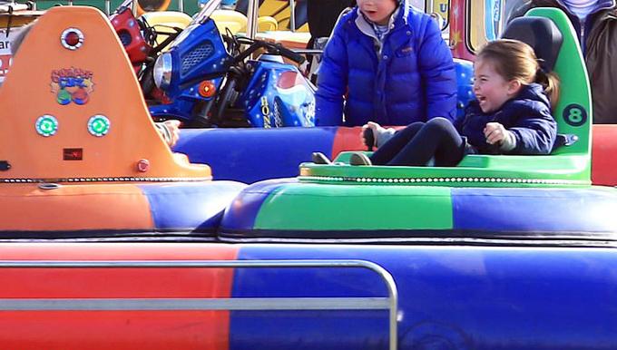 Trong chợ có một khu vui chơi dành cho trẻ em. Công chúa Charlotte phấn khích ra mặt khi được lái chiếc xe dodgem (xe đâm bằng điện) và chơi đùa với anh chị.