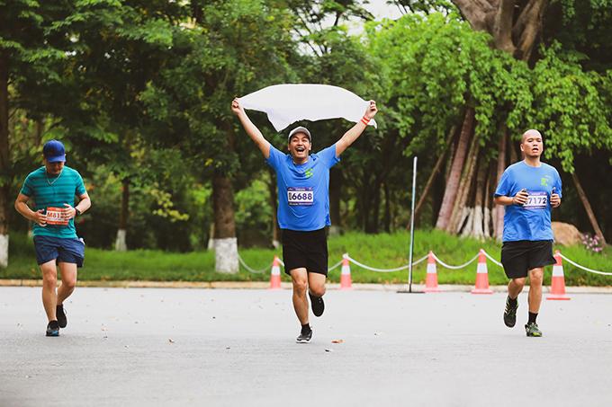 Giải chạy Ecopark Marathon 2019diễn ra vào ngày lễ giỗ tổ Hùng Vương (10/3 Âm lịch, 14/4 Dương lịch) thu hút hơn 4.600 người tham gia. Bên cạnh những gương mặt vận động viên (VĐV) chạy bộ phong trào nổi bật, sự kiện còn có sức hút mạnh với các VĐV hàng đầu cự ly đường dài của điền kinh Việt Nam cùng nhiều người nổi tiếng như MC Phan Anh, Á hậu Tú Anh, Hoa hậu Dương Thùy Linh...