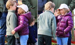 Hoàng tử George đọ chiều cao với em họ