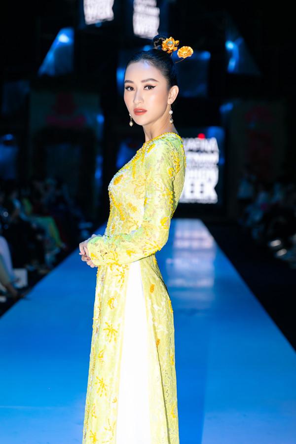 Tại tuần lễ thời trang năm nay có đến 3 nhà thiết kế trang phục truyền thống. Chính vì vậy mà nhiều sao Việt đã chọn áo dài để tham dự chương trình. Nổi bật trong số đó có sự xuất hiện của Hà Thu với áo dài ren và trâm cài đầu hoa sen tinh tế.
