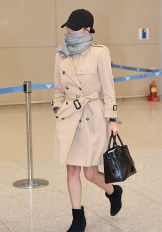Song Hye Kyo ăn mặc kín đáo, đội mũ quấn khăn kín mít khi xuất hiện tại sân bay Incheon, Hàn Quốchôm 15/4, cô trở về quê nhà sau 2 ngày sang Hong Kong tham dự Thảm đỏ Kim Tượng 2019. Trái với phong cách nổi bật trên thảm đỏ, trong đời thường, Song Hye Kyo thường chọn trang phục thanh lịch, màu sắc trung tính.