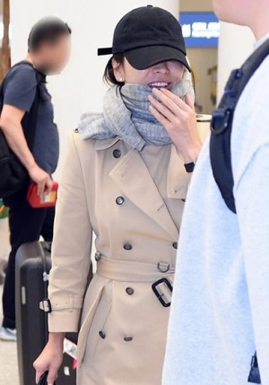 Khi được cánh phóng viên hỏi thăm, ngôi sao Hàn vui vẻ vẫy tay chào. Song Hye Kyo mới đây cho biết cô đã ký hợp đồng với công ty giải trí của đạo diễn Vương Gia Vệ -Jet Tone Films. Trước đó, cô từng hợp tác với ông trong phim Nhất đại tông sư. Song Hye Kyo cho biết cô hy vọng sau này sẽ có nhiều cơ hội đóng phim cùng các nghệ sĩ, đạo diễn Hong Kong.