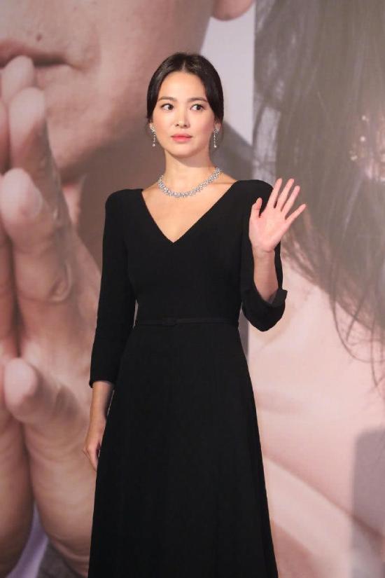 Trước đó, Song Hye Kyo xuất hiện ở giải Kim Tượng và gây ấn tượng giữa dàn sao Hong Kong nhờ vẻ đẹp thanh lịch và có phần quý bà so với vẻ trẻ trung vốn có của cô.