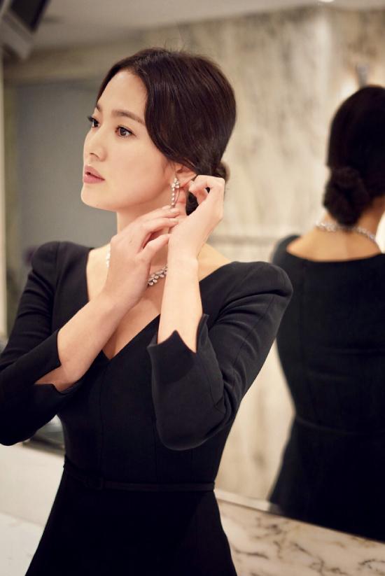 Song Hye Kyo sinh năm 1981, được khán giả Việt Nam yêu mến qua nhiều phim như Trái tim mùa thu, Ngôi nhà hạnh phúc, Hậu duệ mặt trời...
