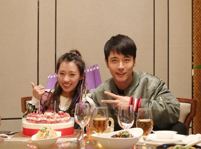 Đan Phong và quản lý Tất Oánh - người trợ lý được cho là xen vào và phá vỡ quan hệ vợ chồng Trương Đan Phong.