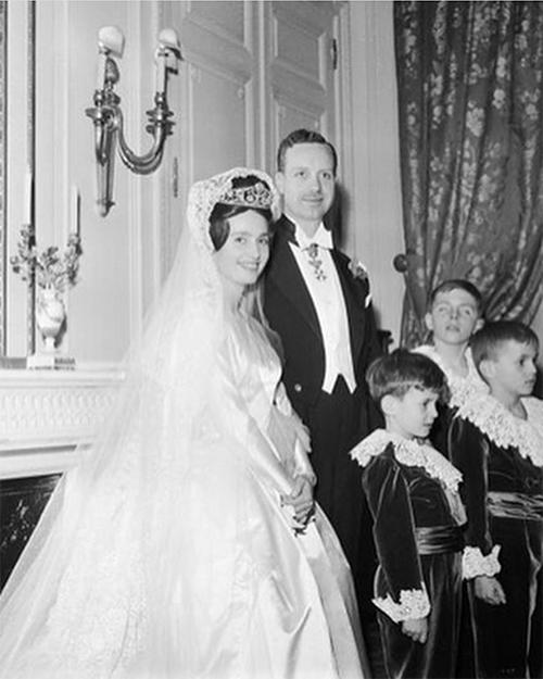 Đây là đám cưới đầu tiên su 150 năm củ một thành viên Nhà Bourbon tại Notre Dme kể từ su đám cưới năm 1816 củ thành viên Bourbon - Chrles Ferdinnd, Công tước xứ Berry (Pháp) với Công chú Croline củ Nples và Sicily (Itly).
