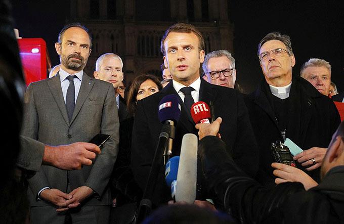 Tổng thống Macron phát biểu trước Nhà thờ Đức Bà Paris sau vụ cháy tối 15/4. Ảnh: EPA.