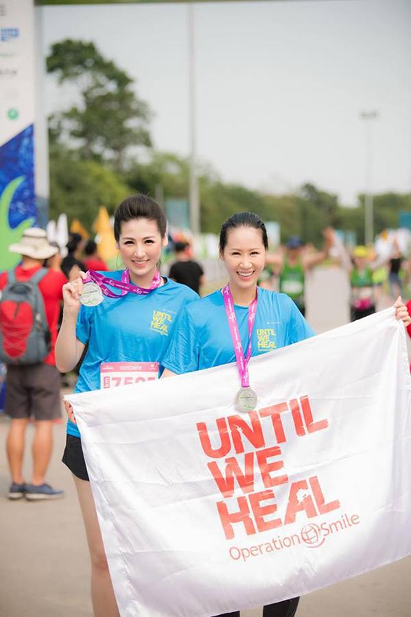 Mrs Worldwide 2018 Dương Thùy Linh cũng tham gia sự kiện. Cô thân thiết chụp ảnh cùng Á hậu Tú Anh.