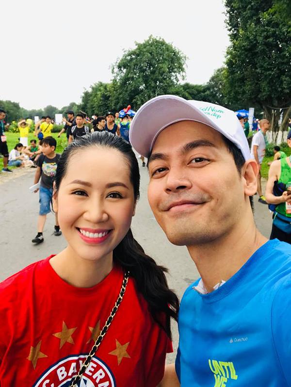 Hoa hậu Dương Thùy Linh selfie cùng MC Phan Anh.