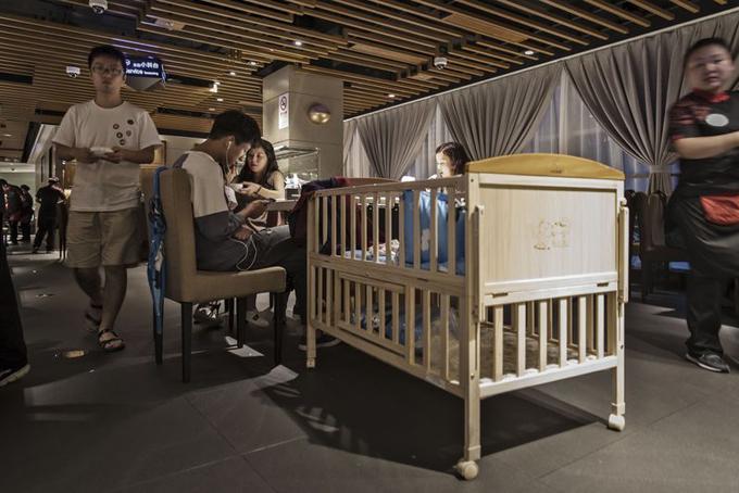 Nôi dành cho trẻ em tại một nhà hàng Haidilao. Ảnh: Bloomberg.