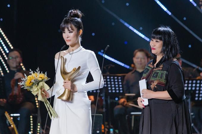 Ca sĩ Cẩm Vân xướng tên Đông Nhi chiến thắng giải thưởng quan trọng nhất - Ca sĩ của năm của lễ trao giải Cống hiến, diễn ra tối 16/4 tại TP HCM.