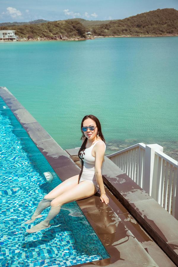 Phượng Chanel tự tin chia sẻ hình ảnh mặc áo tắm hàng hiệu thư giãn bên hồ bơi ở Phú Quốc.