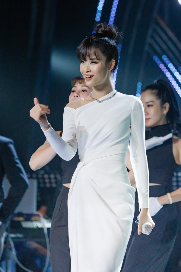 Mở đầu chương trình, Đông Nhi hát We belong together.