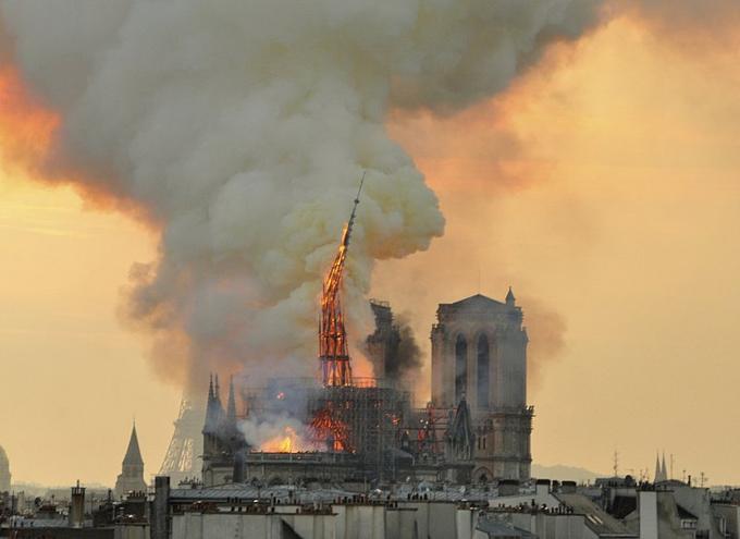 Khoảnh khắc sụp đổ của tháp chuông Nhà thờ Đức Bà Paris ngày 15/4. Ảnh:AP.