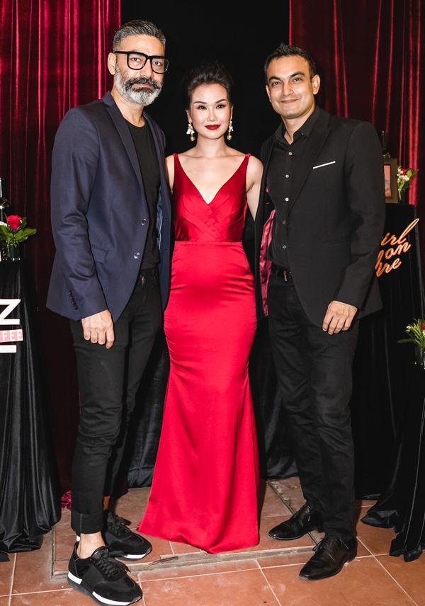 Anh chồng của Võ Hạ Trâm (ngoài cùng bên trái) đến chúc mừng em dâu có sản phẩm âm nhạc mới. Nữ ca sĩ thấy vui vì được gia đình chồng yêu thương, khích lệ theo đuổi con đường nghệ thuật.