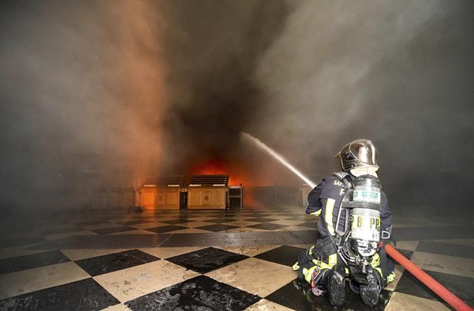 Một trong khoảng500 lính chữa cháy cho Nhà thờ Đức Bà Paris trong hỏa hoạn 15/4. Ảnh:AP.