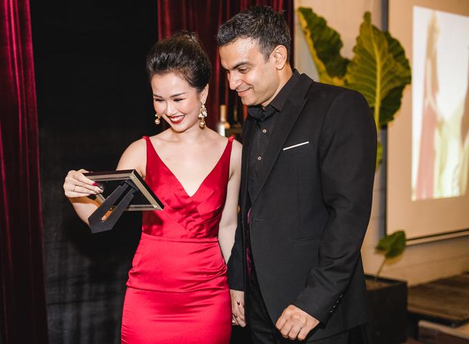 Diện bộ váy đỏ rực, ca sĩ 9X khoe làn da trắng và vóc dáng cân đối, gợi cảm trong khi chồng cô lịch lãm với trang phục vest.