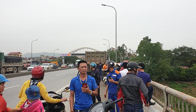 Người dân tập trung theo dõi công tác cứu hộ.