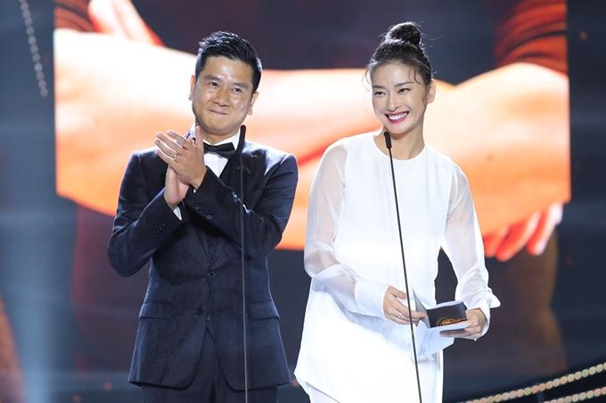 Nhạc sĩ Hồ Hoài Anh - diễn viên Ngô Thanh Vân sóng đôi công bố giải Nhà sản xuất của năm. Giải thưởng này thuộc về Tiên Cookie nhưng cô bận việc riêng, không thể đến tham dự,
