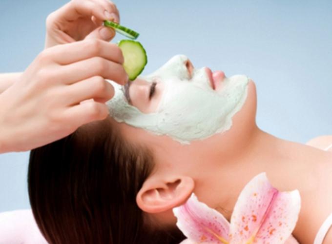 Đắp mặt nạ mỗi tuần một lần giúp cân bằng lượng dầu trên da mặt. Ảnh: Beauty
