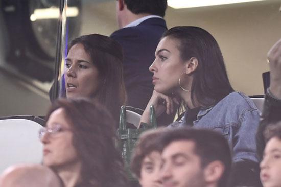 Bạn gái Georgina Rodriguez của CR7 ngồi trên khán đài theo dõi trận đấu. Ở lượt đi, bà mẹ một con không tới Amsterdam cổ vũ siêu sao Bồ Đào Nha.