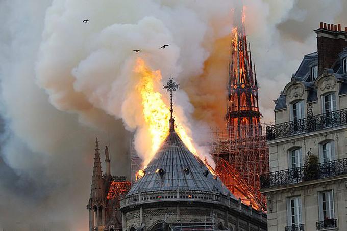 Phần mái của Nhà thờ Đức Bà Paris bốc cháy dữ dội hôm 15/4. Ảnh: AFP.